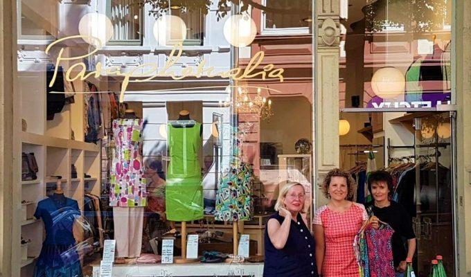 praphernalia - drei Frauen vor einem Mode Geschäft