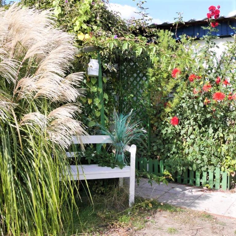 Style Hannover Kleingarten 2 - Kitsch im Kleingarten - wie weißer Bart und rote Mütze